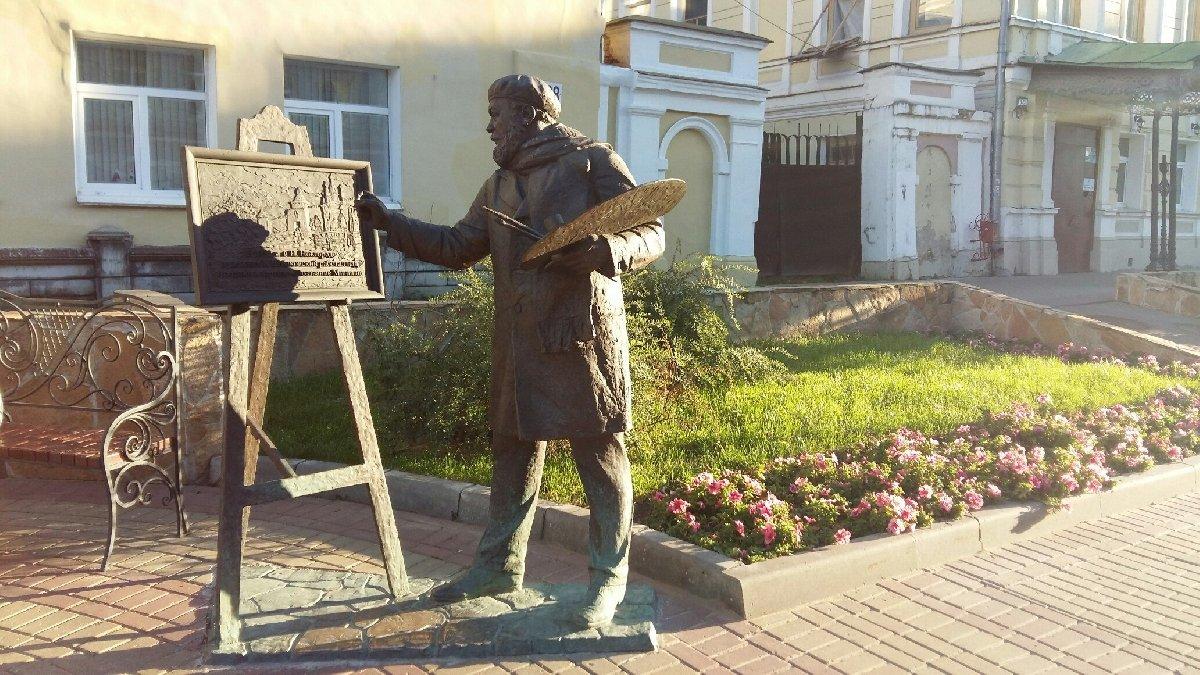 Памятник художнику наРождественской улице