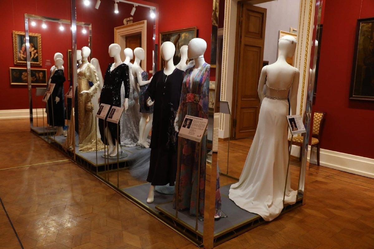 Выставка «Платья систорией»